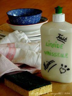 Liquide vaisselle maison Pour 60 cl de liquide vaisselle Préparation 5 minutes Il vous faut : 50 cl d'eau chaude 10 cl de savon noir liquide 10 cl de vinaigre blanc 1 cuillère à soupe de cristaux de soude 1 cuillère à soupe de gomme de guar 8 gouttes d'huile(s) essentielle(s) de votre choix (ex : eucalyptus + citron) 1. Mélangez le savon noir avec la gomme de guar puis diluez le tout dans l'eau chaude en remuant. Ajoutez le vinaigre blanc puis les cristaux de soude et les huiles… Organic Cleaning Products, Home Organisation, Life Organization, House Of Beauty, Green Life, Homemaking, Clean House, Diy Beauty, Tricks