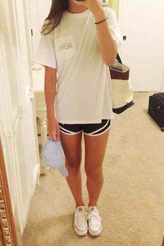 Norts and oversized tshirt with white converse