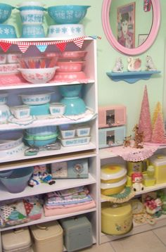 Pink pyrex, Aqua Pyrex, Vintage Pyrex. Such a cute display!