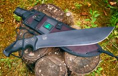 """A compact, jungle-proof machete conceived by CRKT (Columbia River Knife and Tool) to be your last """"chance when you are in the middle of hell""""! Throwing Tomahawk, Knife Throwing, Knives And Tools, Knives And Swords, Outdoor Knife, Neck Knife, Columbia River, Knife Making, Survival Gear"""
