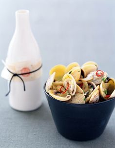 Sake brings out a delicious flavor from the clams)