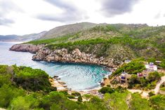 Cala d, and Serra there you must be, Jonathan told me. Nice little bay a windy beach tent you will probably find cool .. where? .in the North of Ibiza. You drive towards Portinatx and just before the village you take the first turn to the right. A dirt road strewn with potholes and bumps winds you to the beach. In a 2cv the ride there feels like a fairground reaction. Wind rustles through the pines waves break on rocks in front of the beach and the cicadas play their summer repertoire.