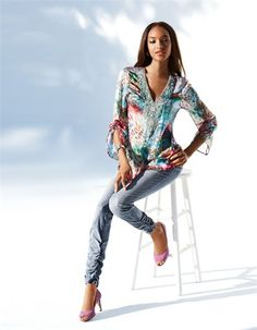 Seiden-Tunika im Multicolordessin, Schmale Jeans mit Raffungen, Peeptoe aus Veloursleder