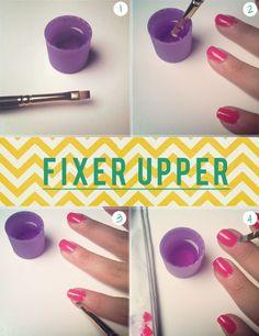 Benutze eine kleine Bürste und etwas Nagellackentferner, um den Nagellack auf Deinen Nagelhäuten zu entfernen. | 41 super Schönheits-Tricks, die faule Frauen kennen sollten