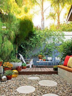 Garten Sichtschutz kies stein platten adirondack stuhl kletterpflanze