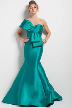 Jovani 51662 Floor length form fitting green mikado mermaid evening gown with long train features strapless pleated bodice with sweetheart neckline and bow detail. Jovani Dresses, Satin Dresses, Prom Dresses, Dresses Uk, Mermaid Evening Gown, Evening Gowns, Top Dress Designers, Mermaid Dresses, Mermaid Skirt
