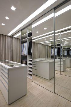 Muito espelho, muito espaço e perfeita organização! Com o arremate das Portas Deslizantes Dolomiti, não é o closet dos sonhos? #arquitetura #architecture #design #closet #espelho #vidro #portasdecorrer