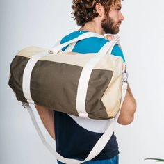 Practical and light, this flexible bag with a casual style is ideal for short trips or sports. This zipped model can be worn by hand or on the Duffle, Recycled T Shirts, Short Trip, Beige, Cotton Pants, You Bag, Laptop Bag, Leather Wallet, Shoulder Strap