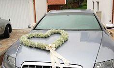 Trang trí xe cưới đơn giản bằng hình trái tim hoa baby trắng