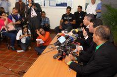 La sede de la La Conferencia Episcopal Venezolana (CEV) sirvió de escenario este jueves, para que el gobernador de Miranda y líder de la unidad nacional, Henrique Capriles, acompañado por sus homólogos de Lara y Amazonas, Henri Falcón y Liborio Guarulla, respectivamente, se reunieran con los altos jerarcas de la iglesia para solicitar que sean promotores de un encuentro entre el gobierno central y la oposición.
