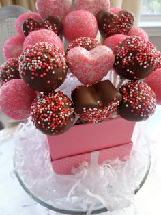 Valentine cake pops I made these for my boyfriend he loved them! Valentines Day Cakes, Valentine Treats, Holiday Treats, Valentines Cakepops, Christmas Treats, Cake Pops, Cupcakes Decorados, Chocolate Bouquet, Chocolate Pops