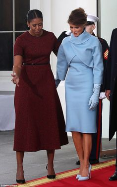 Melania Trump at Trump's inaguration wearing a dress by Ralph Lauren, including her suede gloves and suede clutch respectfully treated by outgoing First Lady Michelle Obama. Trump Melania, Donald And Melania Trump, First Lady Melania Trump, Donald Trump, Ivanka Trump Inauguration, Milania Trump Style, Michelle Obama Fashion, Blue Dresses, Dresses For Work