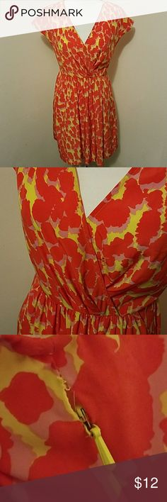 """🌻🌻GAP V neck dress🌻🌻 Super vibrant gap dress! Has small rip above zipper but doesn't affect anything & can't see it, Has pockets! Bust 34"""" waist 26"""" length 35"""" GAP Dresses Midi"""