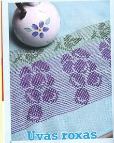 Fabinha Gráficos Para Bordados: Ponto Oitinho                                                                                                                                                                                 Mais Swedish Embroidery, Swedish Weaving, Blackwork, Diy And Crafts, Coin Purse, Cross Stitch, Lily, Pattern, Creative