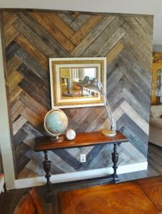 pallet wall entryway - Interior walls of house made of recycled pallet wood. Welcome to a new collection of handmade decor featuring Inspirational Handmade Pallet Wall Decor Ideas To Show Off Your Creativity. Pallet Accent Wall, Pallet Wall Decor, Diy Wood Wall, Pallet Walls, Wood Wall Design, Wood Accent Walls, Pallet Wall Bathroom, Pallet Room, Wood Slat Wall