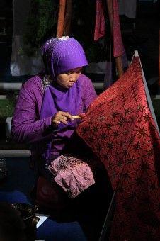 Muhammad Zulfan Dalimunthe: Seorang Ibu sedang membuat Batik Medan.Batik Medan terinspirasi untuk mempunyai ciri khas tersendiri dan diambil dari tiap suku yang ada di Sumatera Utara - Indonesia.