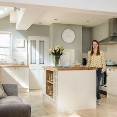 How to continue the duck egg whilst extending into the kitchen Sage Green Kitchen, Green Kitchen Walls, Ivory Kitchen, Kitchen Wall Colors, Cream Kitchen Paint Ideas, Cream Kitchen Cupboards, Cream Kitchen Tiles, Olive Green Kitchen, Kitchen Living