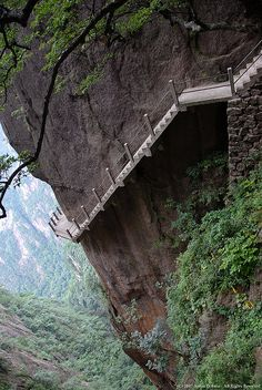 The Most Beautiful and Breathtaking Places in the World in Pictures, Cliff Path, Huangshan Mountain, China Places Around The World, Oh The Places You'll Go, Places To Travel, Places To Visit, Around The Worlds, Wow Photo, Scary Places, Stunning Photography, Landscape Photography