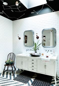 How fun is this bathroom with a black border with the constellations of the zodiac painted on it? It's a fun detail that brings some personality to the space.