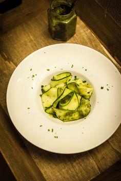 Damit die Guten Vorsätze nicht umsonst waren, hier was Gesundes. Dafür habe ich dieses Rezept für euch, Zucchini-Salat mit Pinienkernpesto.