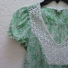 *HP!* Banana Republic Green and White Blouse *9/16/16 Essential Style Host Pick!* Banana Republic green and white blouse. Size is x-small but runs much larger and could fit up to a medium. Details include floral pattern, white eyelet neckline, and cap sleeves. In excellent condition! Please ask any and all questions before purchasing. Thanks! Banana Republic Tops Blouses