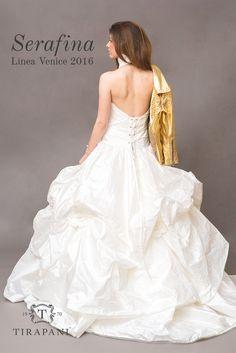 L'abito da sposa Serafina è realizzato totalmente in taffetà di seta pura. Corpetto con scollo a camicia e pieghe piatte che aiutano a valorizzare il punto vita.   Scopri di più sull'abito nel nostro sito web  #abitodasposa #abitosposabianco #Tirapani #TirapaniBridal #weddingdress #bride #collezionesposa2016