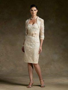 Traje de novia formal para una boda de etiqueta, en color champagne con una chaqueta, bolero o torera al tono del vestido perfecto para una noche de otoño.