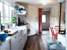 I  köket sitter pärlspont från förra sekelskiftet  som Gustaf har valt att behålla, trots att den är yngre än huset. Bakom köket syns groventrén till den tillbyggda tvätt- och badavdelningen.