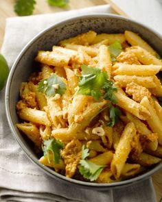 Deze vegetarische pastaschotel is klaar in minder dan een half uur maar moet zeker niet inboeten aan smaak. Met een heerlijke pesto van gegrilde paprika, top!