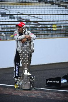 Tony Kanaan hugs the Borg Warner trophy. Indianapolis Motor Speedway, Indianapolis Indiana, Indy Car Racing, Indy Cars, Helio Castroneves, Indy 500 Winner, Dangerous Sports, Classic Race Cars, Biker Boys