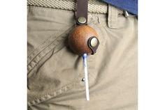 腰に贅沢な木製ケース。しかも革帯とボタン付き。マホガニー材を使った「Case For Sweets」は、ハードボイルドでありなが...