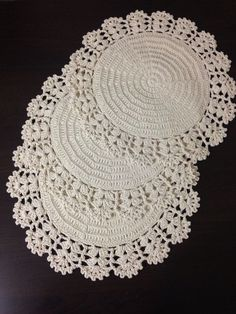 Crochet is one of the most versatile crafts to decorate the home. You can use it to make rugs, tablecloths or simply a crochet centerpiece to match the Crochet Placemats, Crochet Doily Patterns, Crochet Motif, Crochet Designs, Crochet Stitches, Love Crochet, Crochet Baby, Knit Crochet, Crochet Dollies