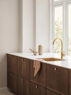 Minimal Kitchen Design, Resurface Countertops, Wooden Cabinets, Wooden Kitchen, Cuisines Design, Kitchen Interior, Home Kitchens, Home Furniture, Dark Oak Furniture