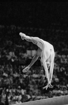 Nadia Comaneci Montreal, 1976 Nadia Comaneci est loin d'être une femme ordinaire, et est encore plus loin d'être une gymnaste ordinaire : c'est LA plus grande gymnaste.