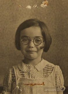 Pepi Weiszbard (* Berlin, 22 January 1933 – Sobibor, 13 March Pepi was murdered at the age of 10 years. Holocaust Memorial, Vintage Photographs, Vintage Photos, Best Portrait Photographers, Lest We Forget, Poor Children, Child Face, Historical Photos, Children