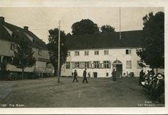 Akershus fylke Vestby kommune SOON. Folk på plassen foran langt, hvitt hus. Brukt 1922 Produsent/foto Normann.