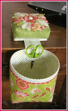 Thread catcher and pincushion. Love that the basket stays open and the cool scissor holder. This is awesome, wonder if there is a tutorial somewhere, if not guess I should make one myself!