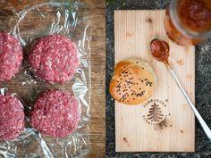 [von und mit: juliane] rhabarberparty mit rhabarberkuchen, rhabarbersirup, rhabarber gin tonic, rhabarberketchup und self made burger