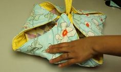 A step-by-step video tutorial showing how to sew a quilted casserole carrier. The perfect functional gift to give as a hostess gift at your next potluck!  #sewing #quilting