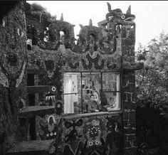Juan O'Gorman en una de las recámaras de su casa, 1958  Foto. Juan Guzmán-  Juan O'Gorman in one of the bedrooms of his house in 1958, av. San Jeronimo 162, Gardens of Pedregal, Mexico, DF