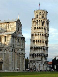 La Tour de Pise  - Italie (Pise)  - 1372  - Beffroi (tour destinée à recevoir les cloches) de la cathédrale de Pise. Elle penche probablement en raison d'un affaissement de terrain, ou d'un défaut de fondation.