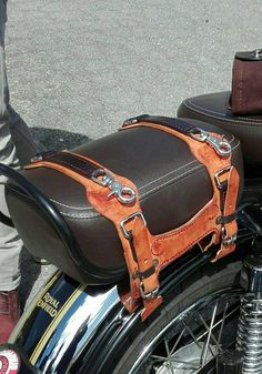 This product is intend to carry side bags on a RE .Easy to take mm waxed leather reinforced and very strong. Motorcycle Seats, Motorcycle Leather, Motorcycle Style, Yamaha 650, Motos Harley, Motorbike Accessories, Motorcycle Saddlebags, Bike Leathers, Leather Bracelets