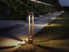 SPREAD Outdoor lamp port for passageways in stainless steel with Led technology. In white/Grey/Antracite/ and rust. Height 50 and LED - 230 Vac - lm - CRI 90 info www. Driveway Lighting, Backyard Lighting, Outdoor Lighting, Front Garden Ideas Driveway, Street Light Design, Landscape Lighting Design, Green Facade, Bollard Lighting, Led Street Lights