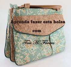 Beautiful bag, very well explained by teacher Taís, many tips to be used in other projects Patchwork Bags, Quilted Bag, School Bag Organization, My Bags, Purses And Bags, Bag Quilt, Blog Couture, Diy Handbag, Craft Bags