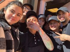 February Selena with fans at a restaurant in Los Angeles. Selena Gomez With Fans, Selena Gomez Cute, Miley And Liam, Forever Girl, Marie Gomez, She Song, Bon Jovi, Beauty Queens, American Actress