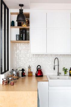 A renovated Parisian apartment for a couple – PLANETE DECO a homes world - Gutzg Sites Kitchen Jars, Kitchen Decor, Kitchen Cabinets, Kitchen Canopy, Ikea Cubes, Parisian Kitchen, Kitchen Storage Hacks, Concept Home, Küchen Design