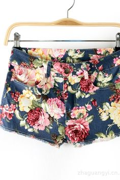I want floral shorts like this. I'm usually not the biggest fan, but love these. Unfortunately this pin doesn't actually go to a working site.