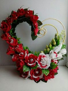 33 Beautiful Valentine Flower Arrangements That You Will Like - Flowers are one of the most popular gifts given and sent on Valentines day. Sons buy a pretty posy for their mom, boys buy them for their girlfriends,. Source by jonathanwrick Valentine's Day Flower Arrangements, Flower Vases, Bouquet Flowers, Dahlia Flower, Cactus Flower, Flower Art, Valentines Flowers, Valentines Diy, Romantic Flowers