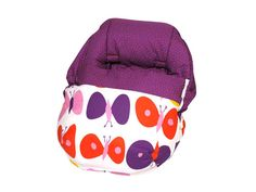 El saco portabebés sin capota Bloom Daisy tiene un colorido diseño de mariposas sobre fondo blanco.  El interior y parte superior es de color violeta con topos rosa. Es de algodón y puede quitarse la parte superior.  De Sal de Cocó.  Lo podéis encontrar en:  http://www.aqdecoracion.es/bebes-y-ninos-9/sacos-portabebes-101/
