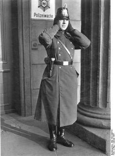 Bundesarchiv Bild 183-C00772, Berlin, Polizist bei Kälte - Tschako – Wikipedia